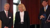 Remise du Prix Elsie-Kühn-Leitz à ARTE en septembre 2007. De gauche à droite : François Scheer, ancien Ambassadeur de France en Allemagne, Cornelia Kühn-Leitz, la fille de Elsie Kühn-Leitz, Gottfried Langenstein, Président d'ARTE.