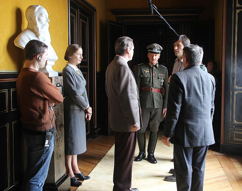 Alexandre Sokourov (de dos à droite) prépare une scène de Francofonia
