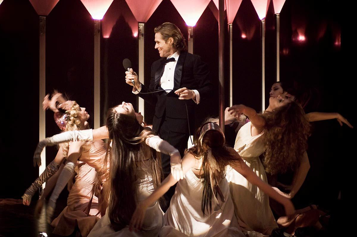 Willem Dafoe et les filles du Paradise dans Go Go Tales