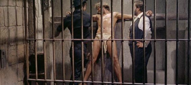 Tomas Milian crucifié dans Tire encore si tu peux