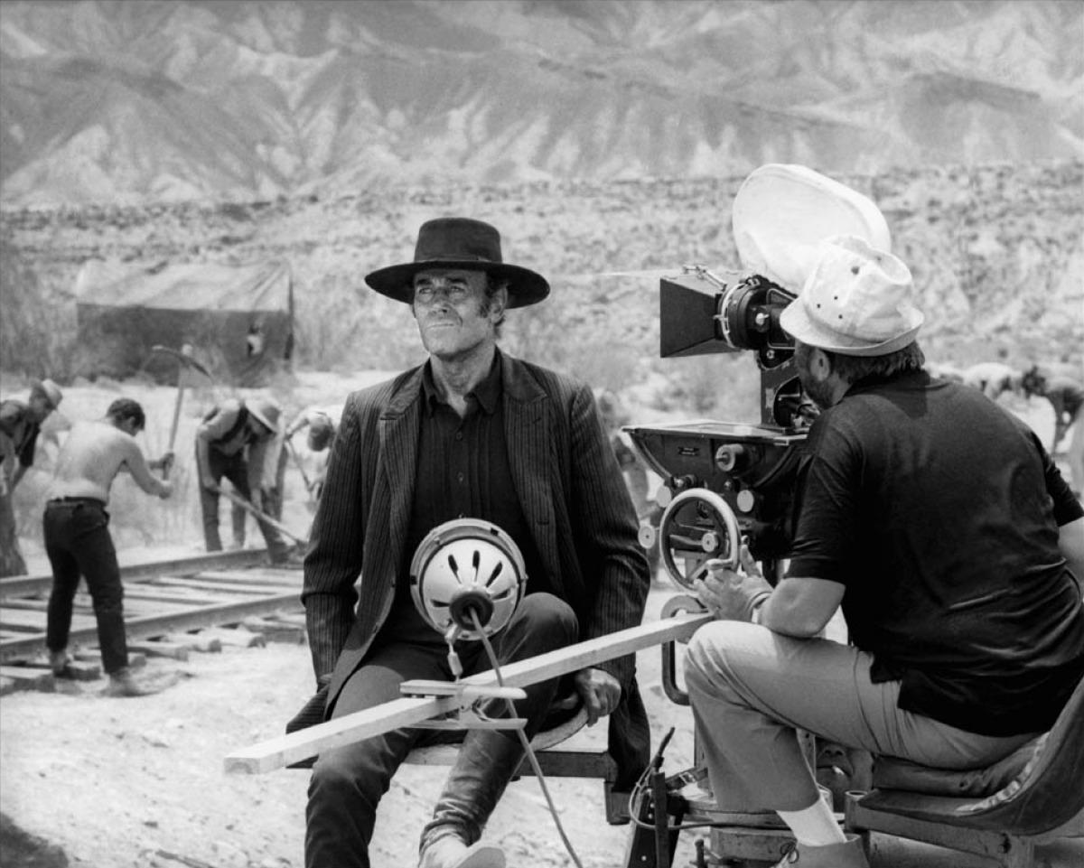 Sergio Leone filme Henry Fonda sur le tournage de Il était une fois dans l'ouest