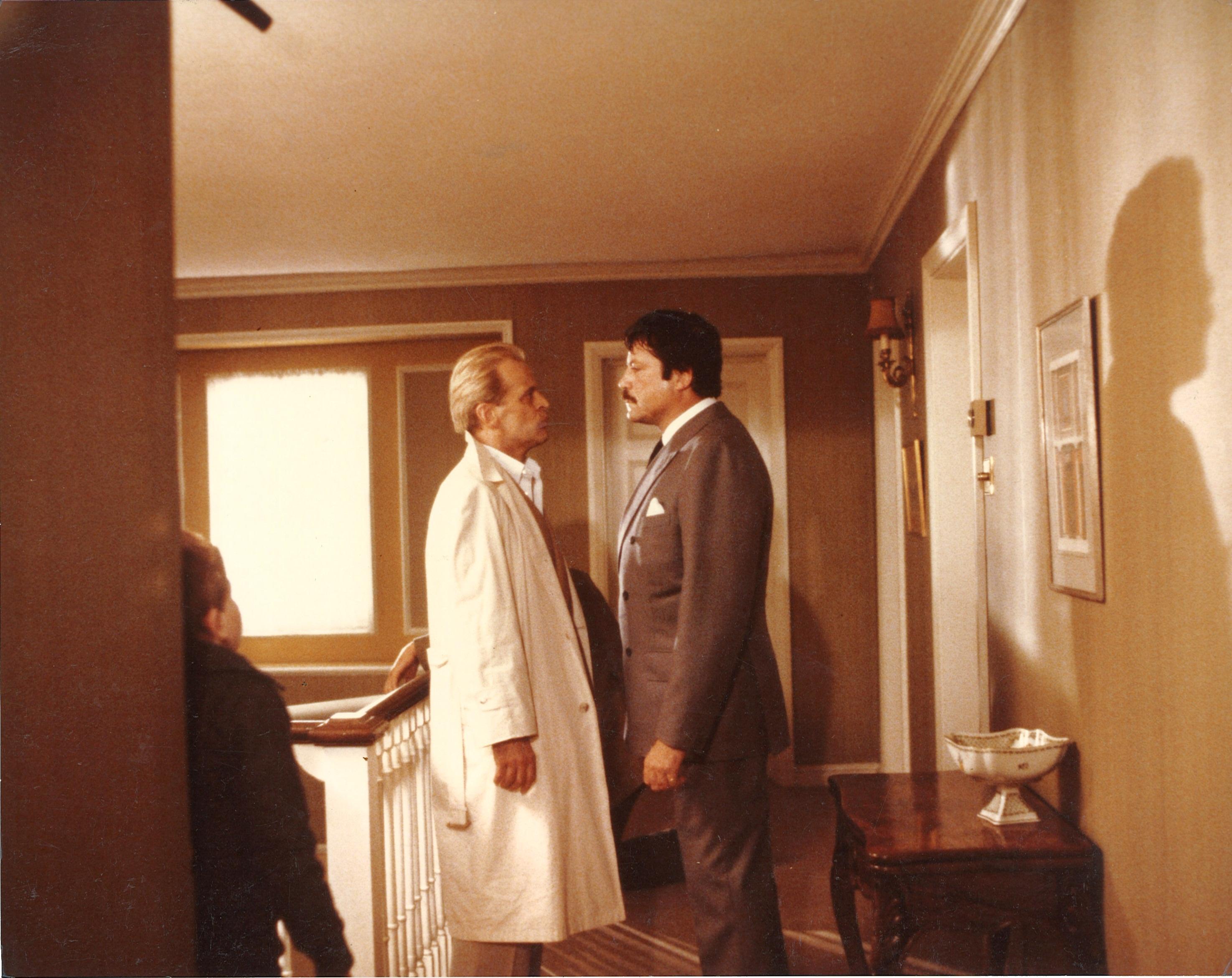 Oliver Reed se retient devant Klaus Kinski
