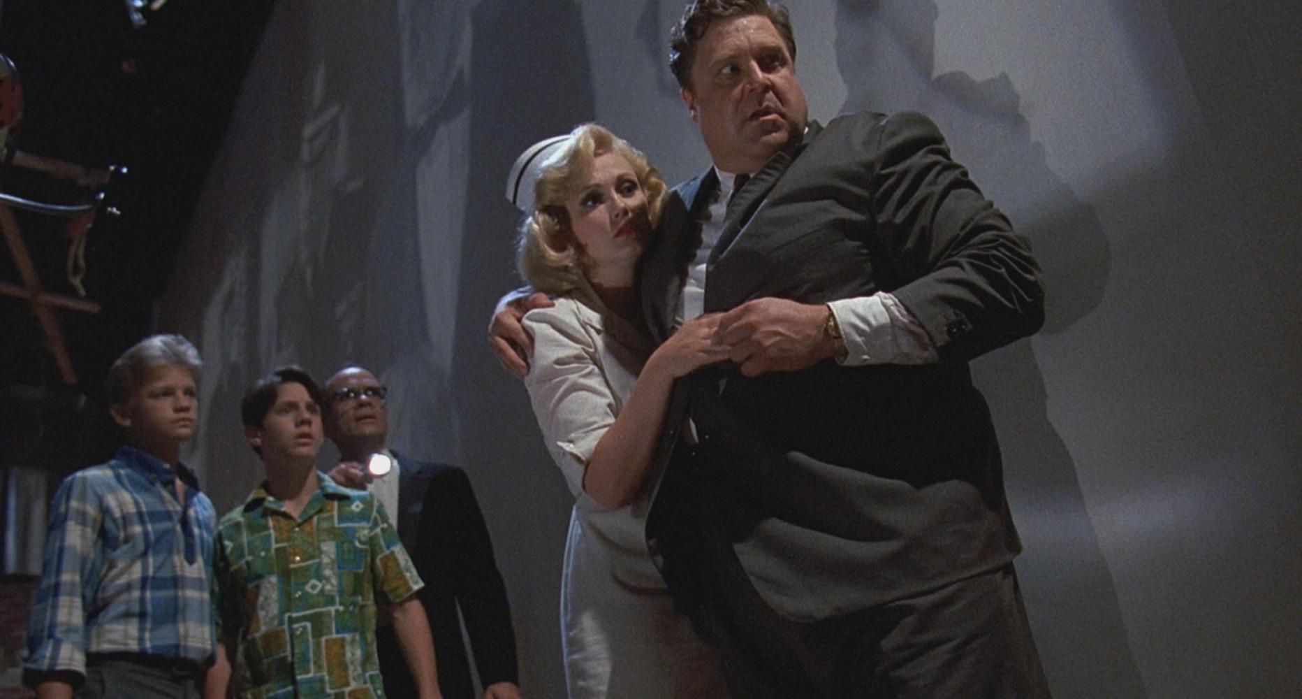 Cathy Moriarty et John Goodman dans Panic sur Florida Beach
