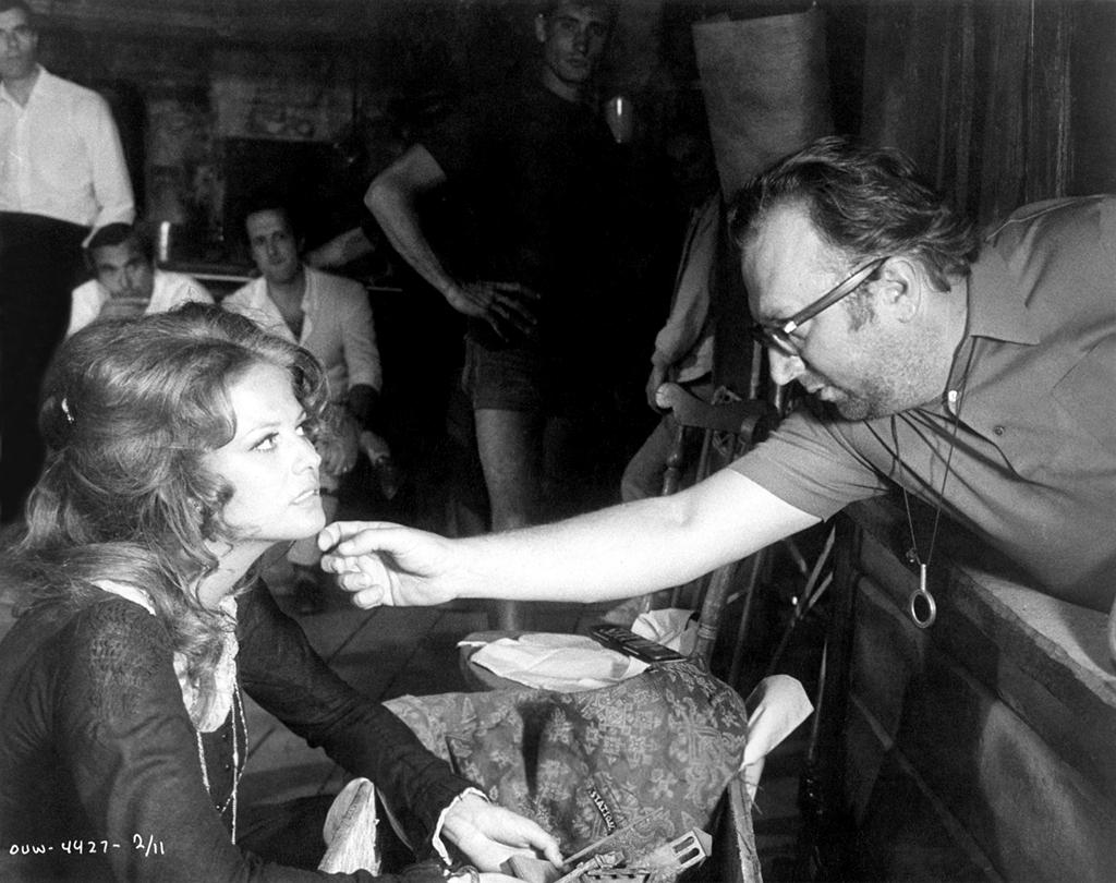Sergio Leone dirige Claudia Cardinale sur le tournage de Il était une fois dans l'Ouest