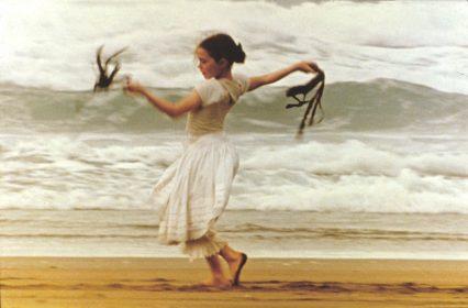 """Zur ARTE-Sendung Das Piano 2: Flora (Anna Paquin) am Strand ihrer neuen Heimat Neuseeland. Foto: ARTE France Honorarfreie Verwendung nur im Zusammenhang mit genannter Sendung und bei folgender Nennung """"Bild: Sendeanstalt/Copyright"""". Andere Verwendungen nur nach vorheriger Absprache: ARTE-Bildredaktion, Silke Wšlk Tel.: +33 3 881 422 25, E-Mail: bildredaktion@arte.tv"""
