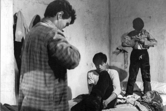 """Zur ARTE-Sendung Hommage an Luchino Visconti Rocco und seine Brüder 1861087: Ciro (Max Cartier, li.), Rocco (Alain Delon, Mi.) und Luca (Rocco Vidolazzi, re.) stehen in aller Frühe auf. Denn es hat geschneit – und der Schnee verspricht Arbeit für alle. © 1960 TF1 Foto: ARTE France Honorarfreie Verwendung nur im Zusammenhang mit genannter Sendung und bei folgender Nennung """"Bild: Sendeanstalt/Copyright"""". Andere Verwendungen nur nach vorheriger Absprache: ARTE-Bildredaktion, Silke Wölk Tel.: +33 3 881 422 25, E-Mail: bildredaktion@arte.tv"""
