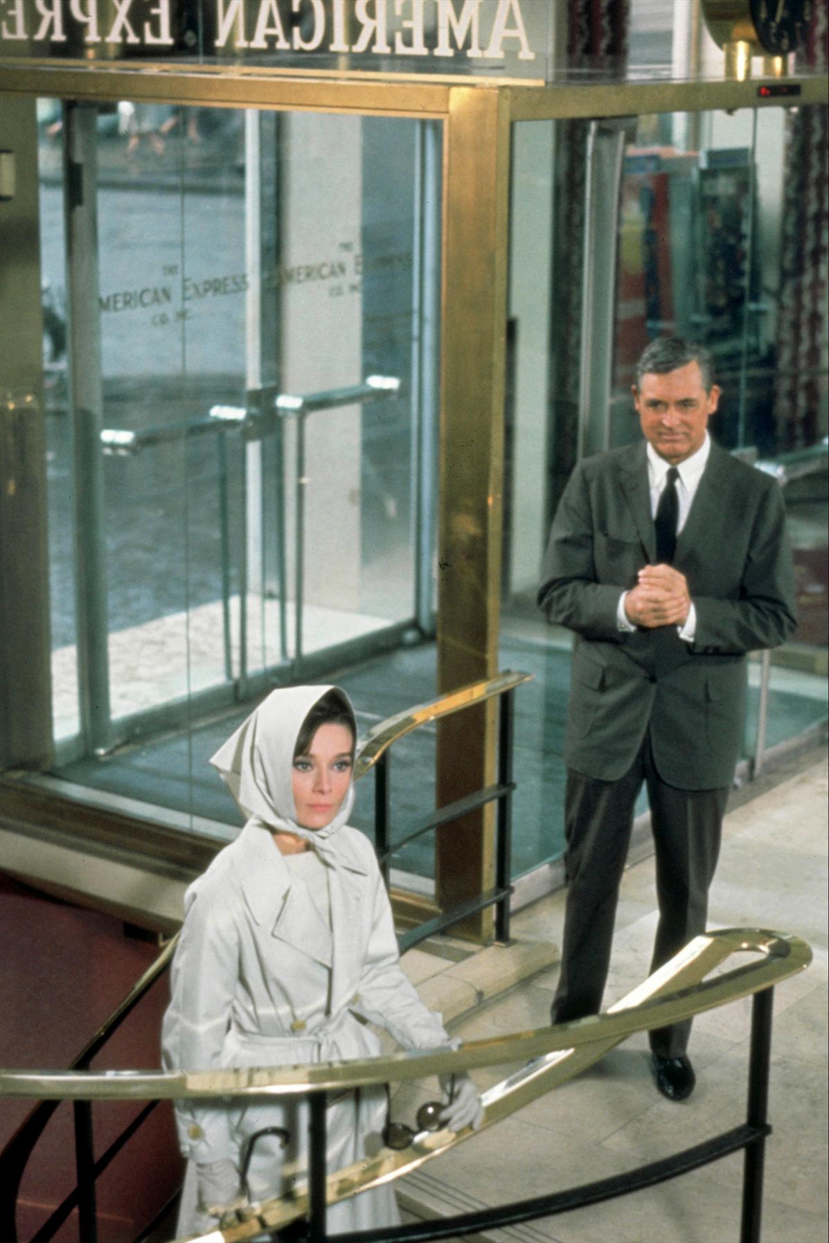 """Zur ARTE-Sendung Ein Abend mit Cary Grant Charade 1908114: Peter Joshua (Cary Grant) scheint nicht der ehrliche und hilfsbereite Mann zu sein, für den er sich ausgibt. Die junge Witwe Reggie (Audrey Hepburn) nimmt ihr Schicksal selbst in die Hand und spioniert ihm nach, um die Wahrheit über ihn herauszufinden. © NBC/Universal Foto: ZDF Honorarfreie Verwendung nur im Zusammenhang mit genannter Sendung und bei folgender Nennung """"Bild: Sendeanstalt/Copyright"""". Andere Verwendungen nur nach vorheriger Absprache: ARTE-Bildredaktion, Silke Wölk Tel.: +33 3 881 422 25, E-Mail: bildredaktion@arte.tv"""