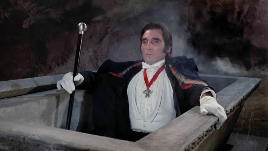 Dracula sort de son tombeau dans le film de Miguel M. Delgado