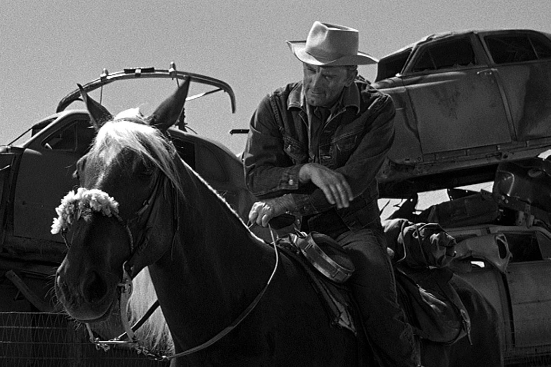 """Zur ARTE-Sendung Kirk Douglas Einsam sind die Tapferen 9: Kirk Douglas in der Rolle des freiheitsliebenden Cowboys Jack Burns © Universal Foto: ZDF Honorarfreie Verwendung nur im Zusammenhang mit genannter Sendung und bei folgender Nennung """"Bild: Sendeanstalt/Copyright"""". Andere Verwendungen nur nach vorheriger Absprache: ARTE-Bildredaktion, Silke Wölk Tel.: +33 3 881 422 25, E-Mail: bildredaktion@arte.tv"""