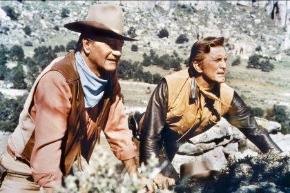 John Wayne et Kirk Douglas dans La Caravane de feu de Burt Kennedy