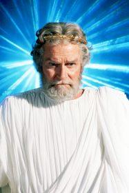 """Zur ARTE-Sendung Kampf der Titanen 5: Perseus' Vater Zeus (Laurence Olivier) hat sich durch seine Regierungsmethoden bei einigen anderen Göttern unbeliebt gemacht und muss nun durch seinen Sohn die Ordnung im Olymp wieder herstellen lassen. Foto: ARTE Honorarfreie Verwendung nur im Zusammenhang mit genannter Sendung und bei folgender Nennung """"Bild: Sendeanstalt/Copyright"""". Andere Verwendungen nur nach vorheriger Absprache: ARTE-Bildredaktion, Silke Wölk Tel.: +33 3 881 422 25, E-Mail: bildredaktion@arte.tv"""