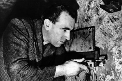 Jean Keraudy) hat den Ausbruch genau geplant. Um keinen Verdacht zu erwecken, benutzt er ein Teil eines Türscharniers als Werkzeug. © Studiocanal/Henri Thibault