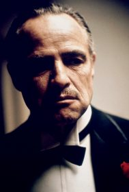 """Al Pacino et Marlon Brando dans Le Parrain © Paramount Pictures Foto: ARTE France Honorarfreie Verwendung nur im Zusammenhang mit genannter Sendung und bei folgender Nennung """"Bild: Sendeanstalt/Copyright"""". Andere Verwendungen nur nach vorheriger Absprache: ARTE-Bildredaktion, Silke Wšlk Tel.: +33 3 881 422 25, E-Mail: bildredaktion@arte.tv"""