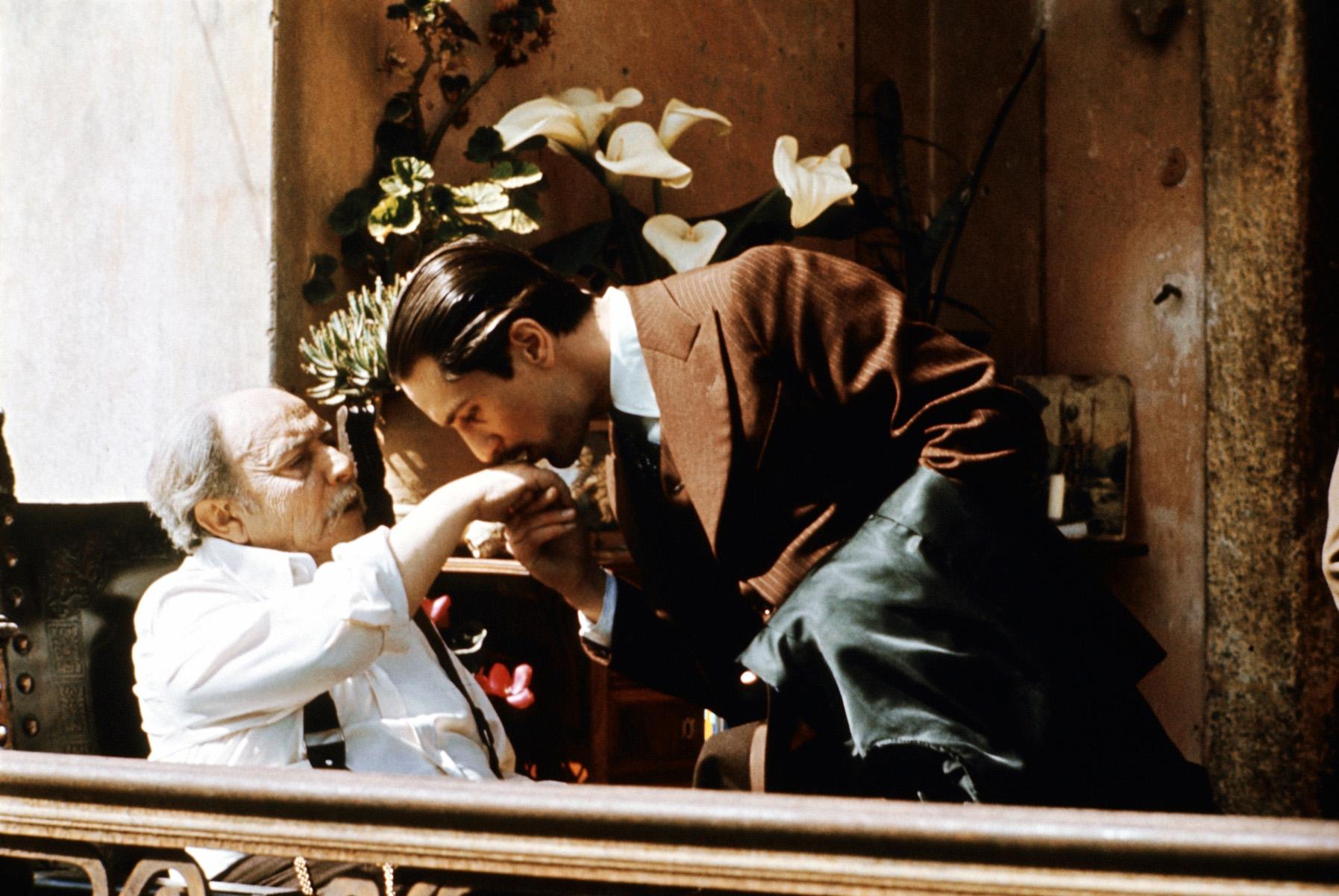"""Don Vito Corleone (Robert De Niro, re.) © Paramount Pictures Foto: ARTE France Honorarfreie Verwendung nur im Zusammenhang mit genannter Sendung und bei folgender Nennung """"Bild: Sendeanstalt/Copyright"""". Andere Verwendungen nur nach vorheriger Absprache: ARTE-Bildredaktion, Silke Wšlk Tel.: +33 3 881 422 25, E-Mail: bildredaktion@arte.tv"""
