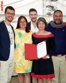 Véronique Cayla présidente d'ARTE France remet le prix ARTE International à l'équipe du projet The Translator
