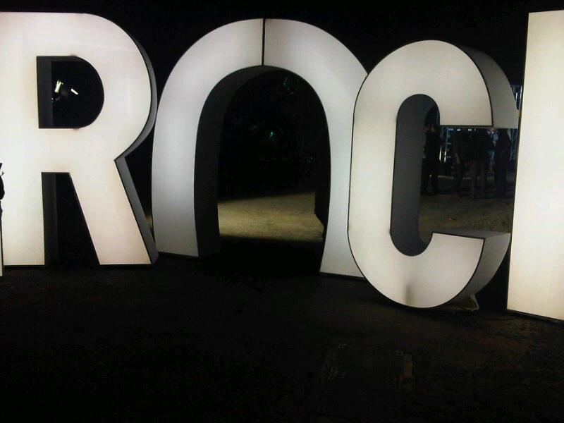 Malgré les apparences nous ne sommes pas a l'Eden Roc mais à l'entrée de la villa Rotschild investie par les In(roc)kuptibles.