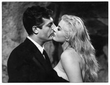 Anita Ekberg et Marcello Mastroianni dans La dolce vita.