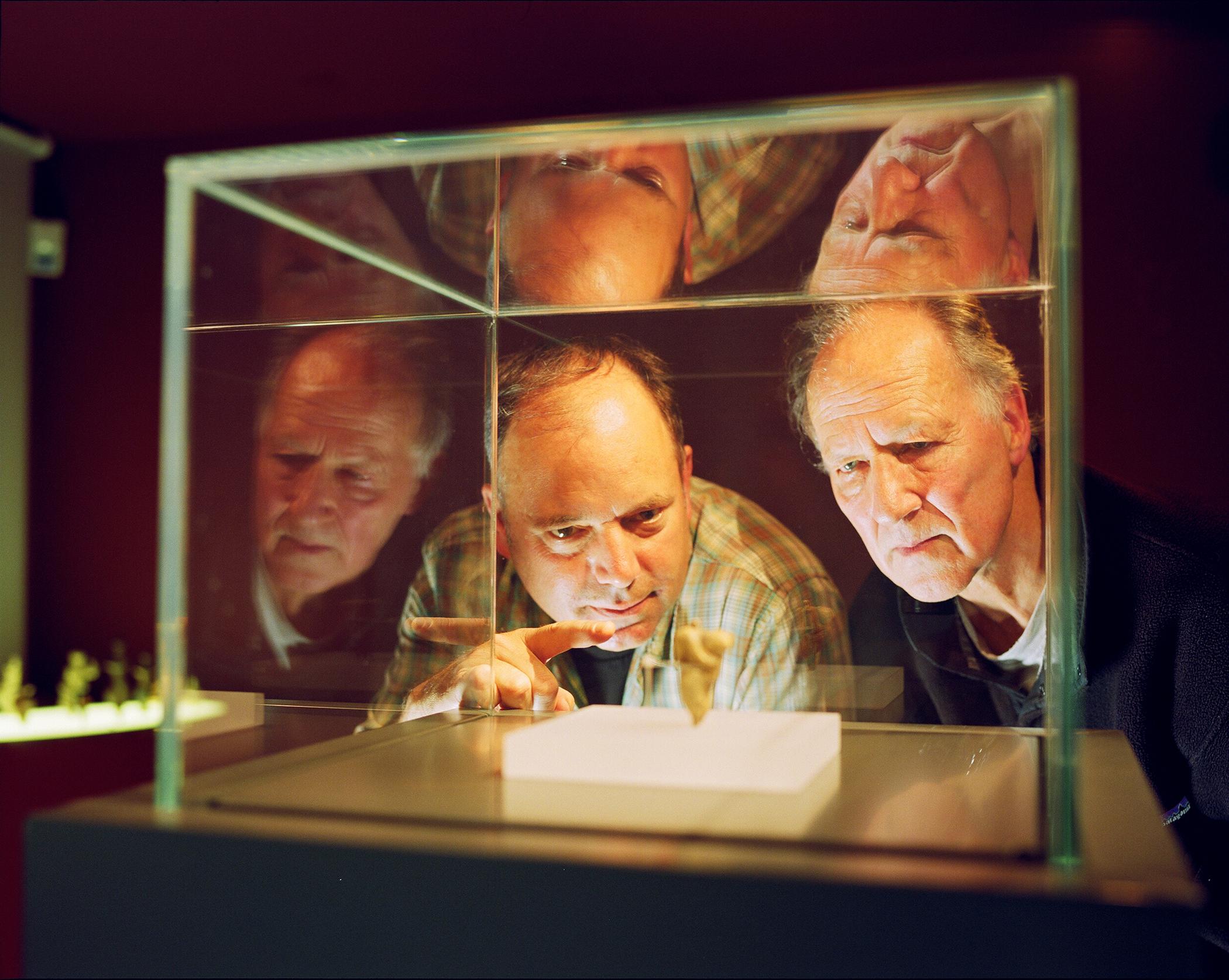 """Nicolas Conard et Werner Herzog dans """"La Grotte des rêves perdus""""."""