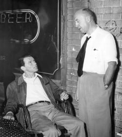 Otto Preminger et Frank Sinatra sur le tournage de L'Homme au bras d'or (1955)