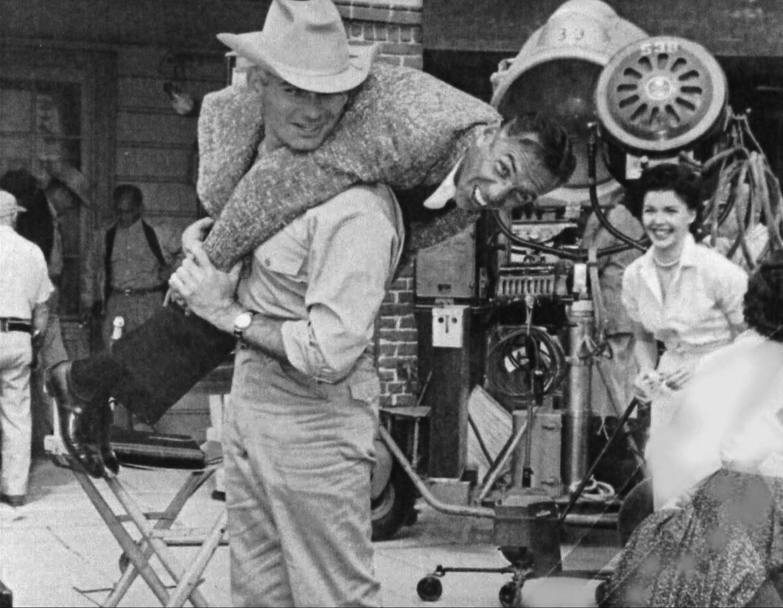 Jeff Chandler porte Jack Arnold sur le tournage du Salaire du diable