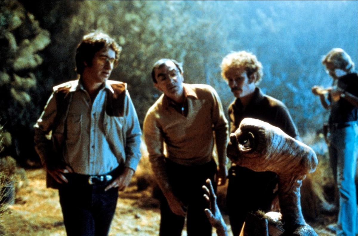 Steven Spielberg et Carlo Rambaldi sur le tournage de E.T. l'extra-terrestre
