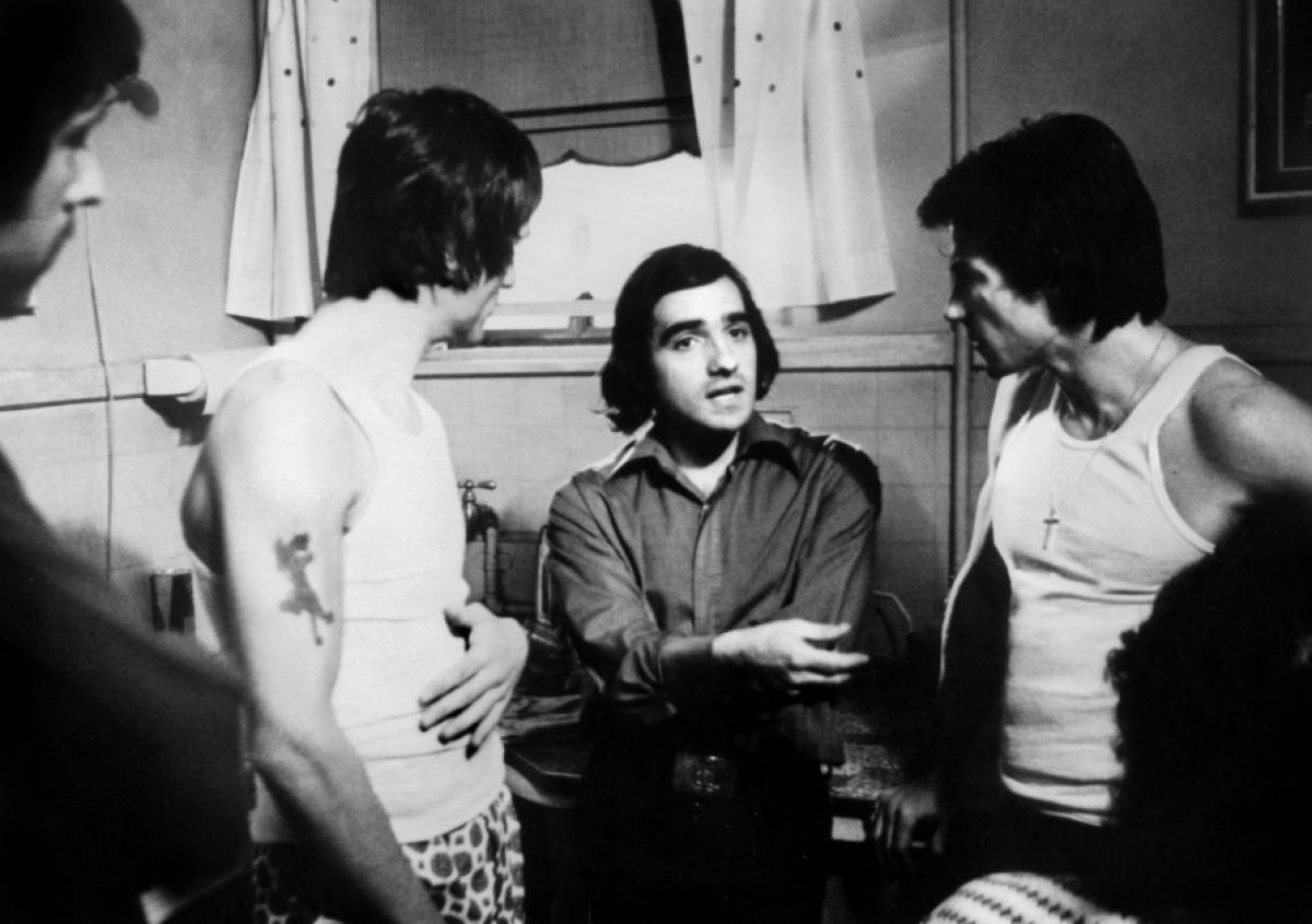 Martin Scorsese entouré de Robert De Niro et Harvey Keitel sur le tournage de Mean Streets