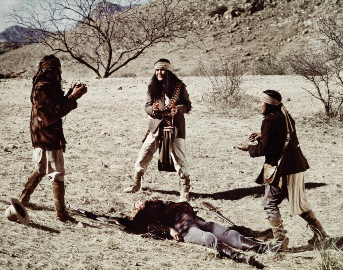 Des guerriers Apache jouent avec les organes d'un soldat américain fraîchement dépecé.