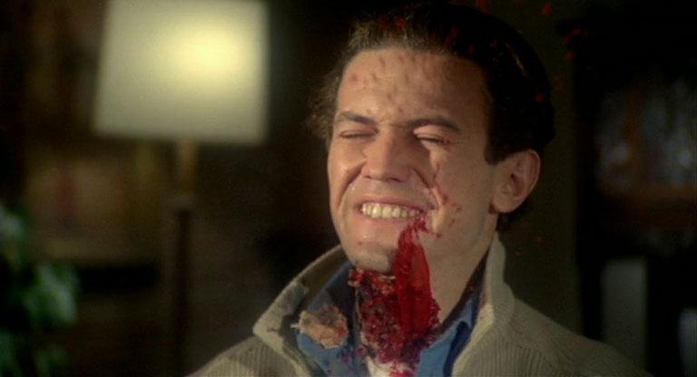 """La """"Fulci's Touch"""" appliquée au film de gangsters : l'un des personnage principaux reçoit une balle en pleine gorge"""