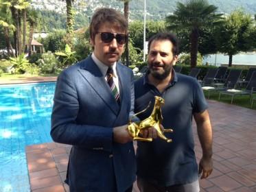 Le toujours très élégant Albert Serra et son Léopard d'Or, avec son coproducteur français Thierry Lounas