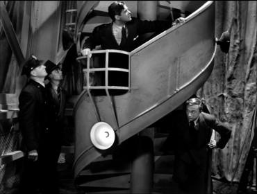 Robert Cummings (en haut) et Norman Lloyd (en bas) dans l'escalier de la statue de la Liberté