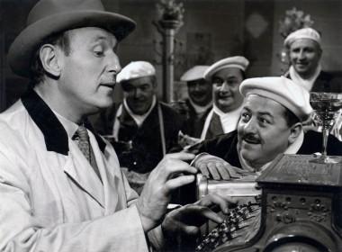 Bourvil et Francis Blanche dans Un drôle de paroissien