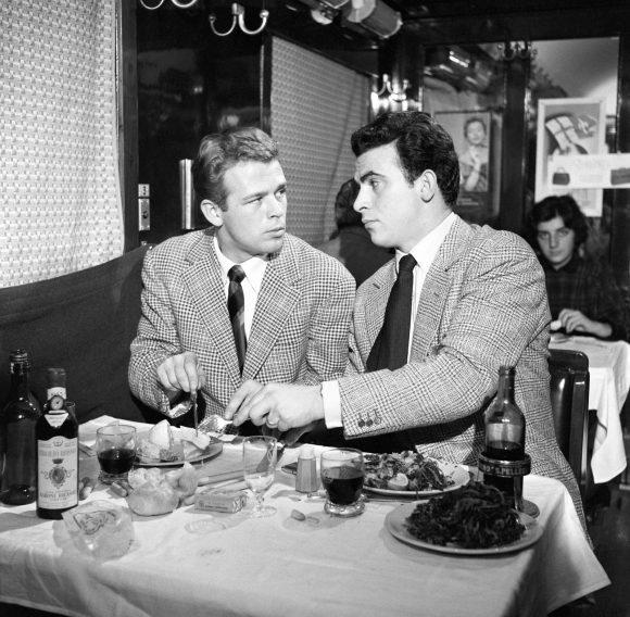 Maurizio Arena e Renato Salvatori in una scena del film 'Poveri milionari' diretto da Dino Risi. 1958