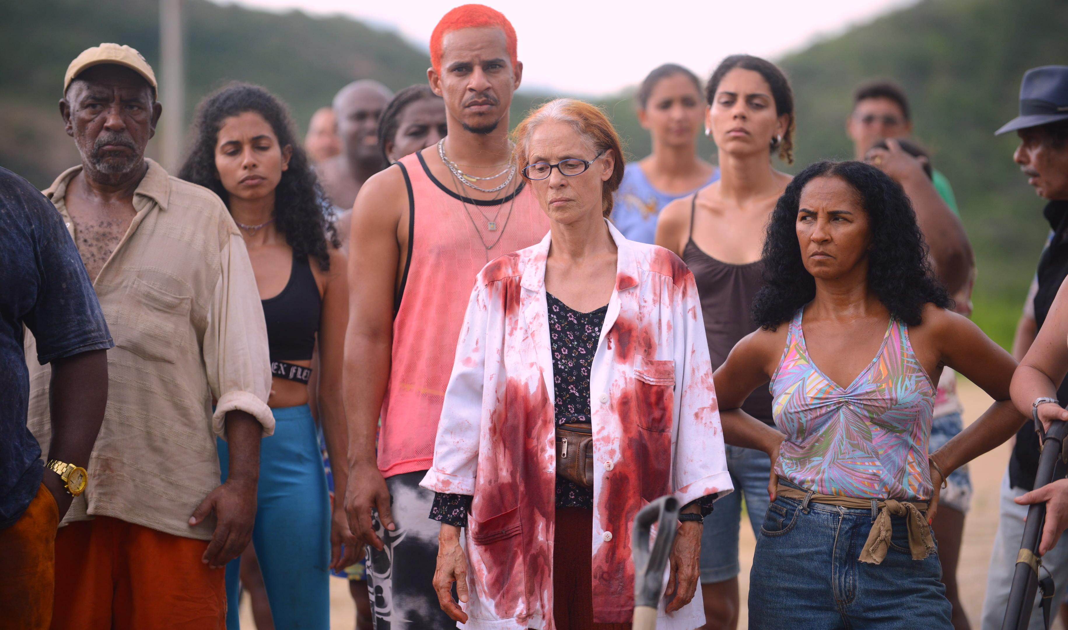 Sônia Braga (au centre) dans Bacurau de Kleber endonça Filho et Juliano Dornelles