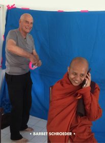 Barbet Schroeder et Ashin Wirathu sur le tournage du Vénérable W.