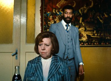 Brigitte Mira et El Hedi Ben Salem dans Tous les autres s'appellent Ali de Rainer Werner Fassbinder