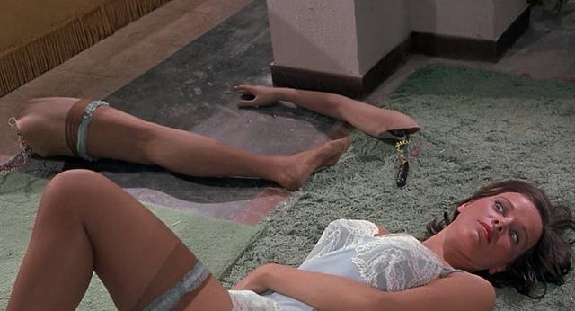 Laura Antonelli en morceaux dans L'espion qui venait du surgelé