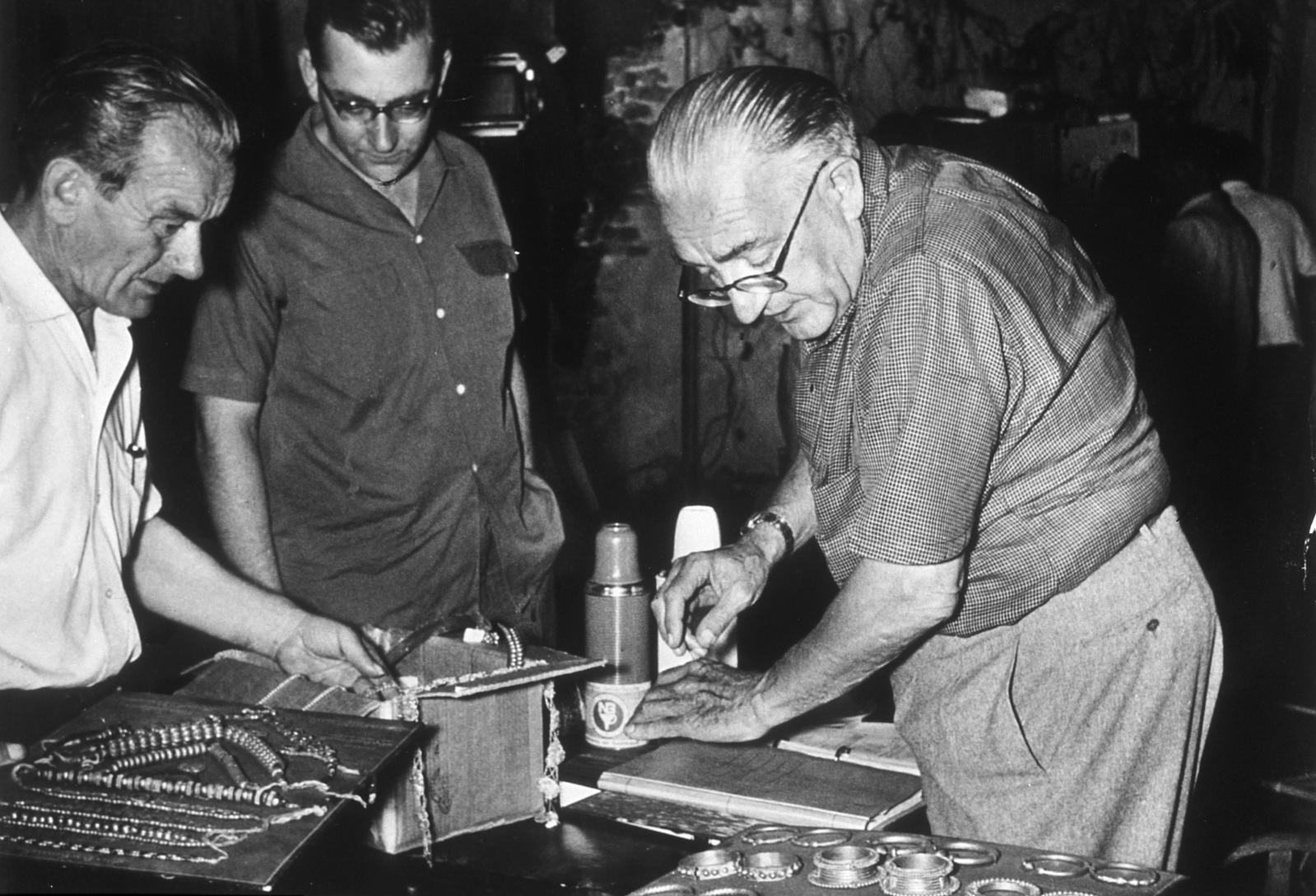 Fritz Lang sur le tournage du Tombeau hindou