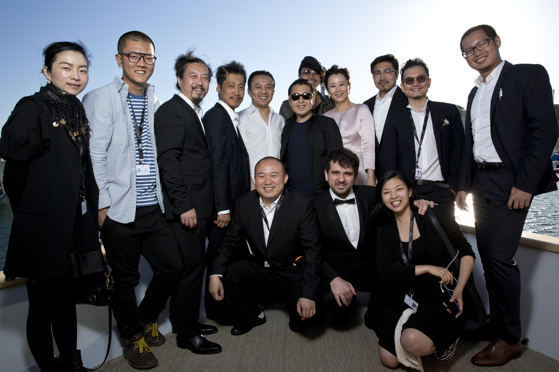 Jia Zhangke entouré de l'équipe de son nouveau film Mountains May Depart. Photo Paul Blind, Cannes 2015