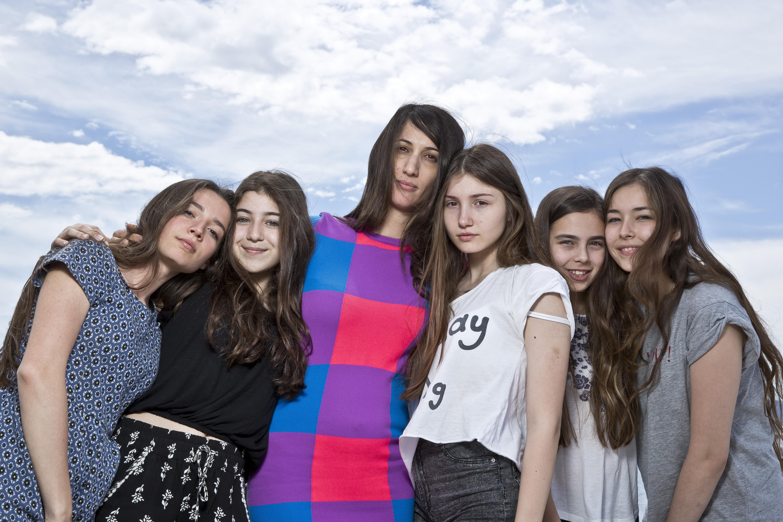 Deniz Gamze Ergüven entourée de ses jeunes actrices