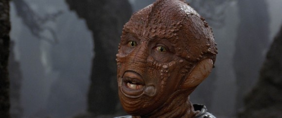Lou Gossett Jr dans le rôle du pilote Drac (maquillages spéciaux de Chris Walas)