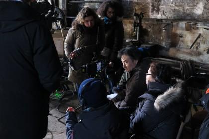 Kiyoshi Kurosawa sur le tournage de La Femme de la plaque argentique