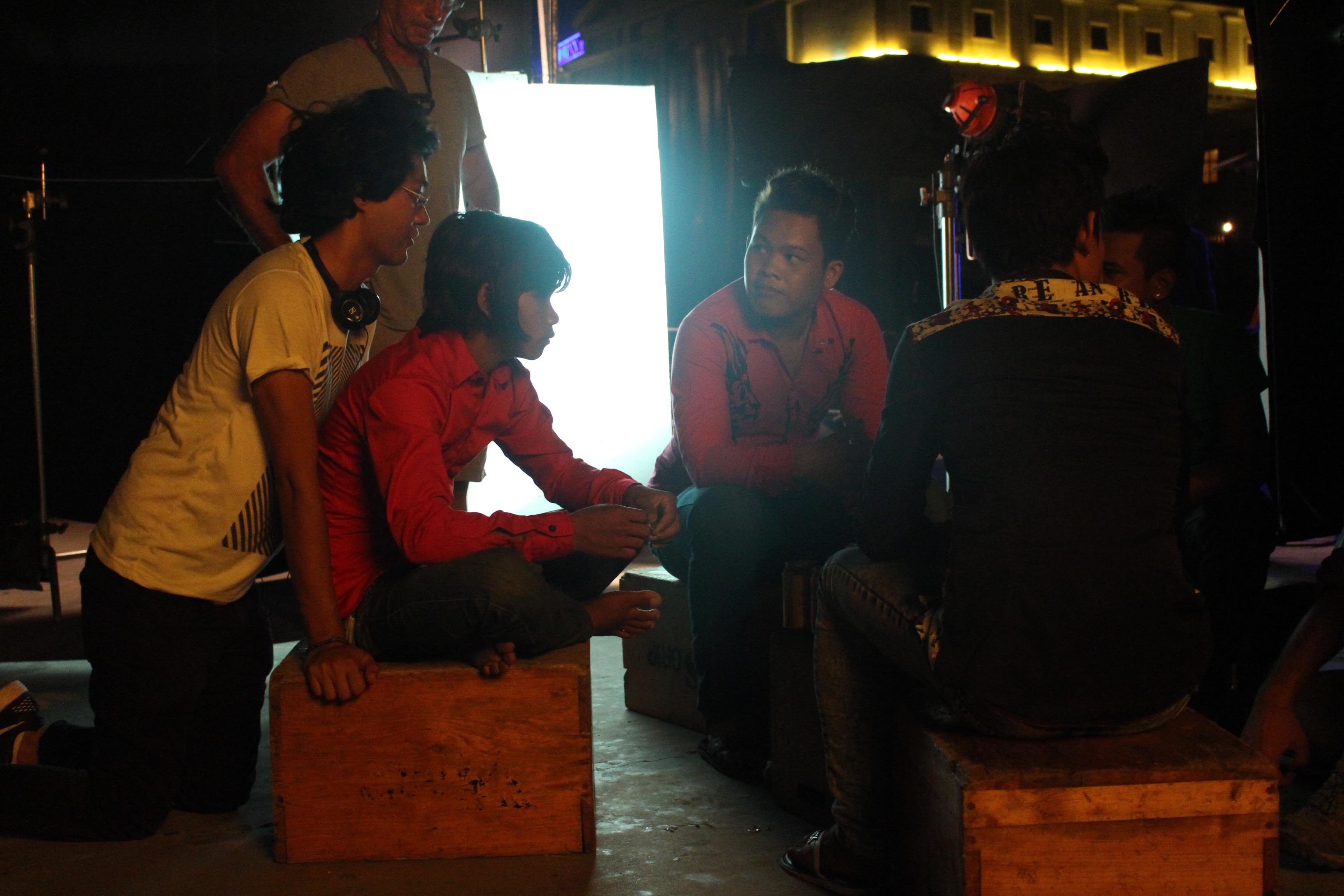 Davy Chou (à droite) sur le tournage de Diamond Island © Jacky Goldberg