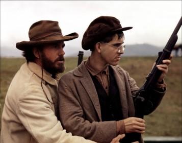 Cliff Robertson (à gauche) dans La Légende de Jesse James