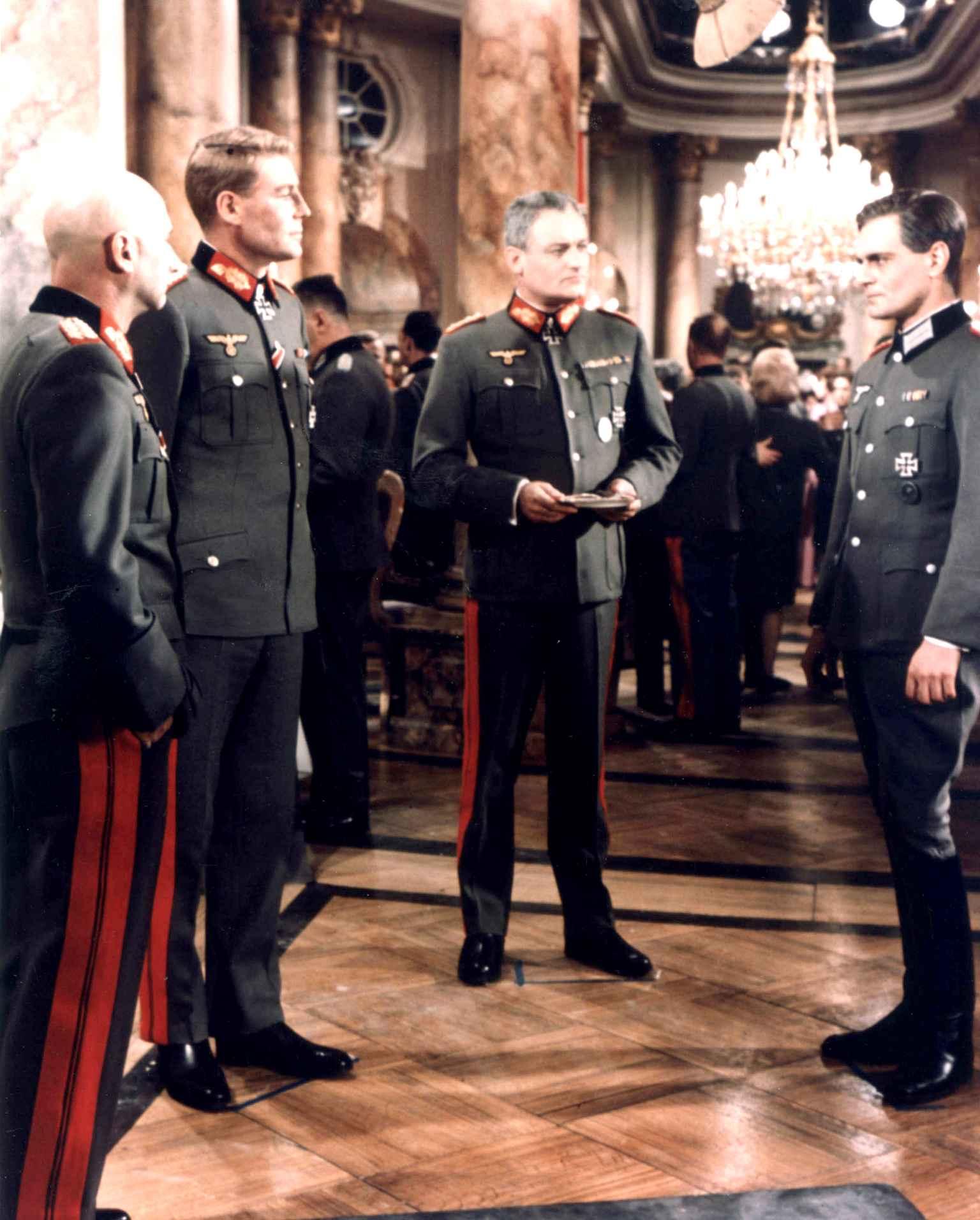 Donald Pleasence, Peter O'Toole, Charles Gray et Omar Sharif dans La Nuit des généraux de Anatole Litvak