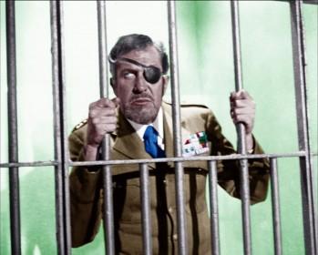 Vincent Price mécontent de se faire voler la vedette par Franco et Ciccio dans L'espion qui venait du surgelé