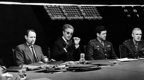 Peter Sellers (au centre) dans Docteur Folamour de Stanley Kubrick