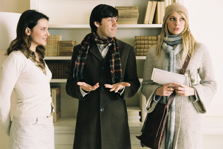 Emmanuel Mouret entouré de Virginie Ledoyen et de Frédérique Bel dans son film Un baiser s'il vous plaît